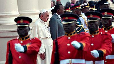 El papa Francisco durante la ceremonia de recepción que le ha brindado el presidente de Kenia