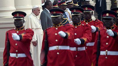 El papa llama en Kenia a luchar contra la pobreza para acabar con el terrorismo