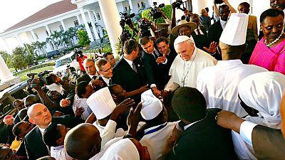 Caluroso recimiento al papa Francisco en Uganda, segunda etapa de su viaje a África
