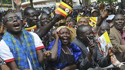 El papa celebra dos misas multitudinarias en Uganda