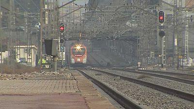 Siguen los retrasos en los trenes de cercanías de Barcelona después del robo de cable de ayer