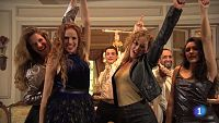 Las actrices María Castro, Marta Larralde, Mariola Tena, Carla Díaz interpretan en el plató de 'Seis Hermanas' la canción que llevaron a Eurovisión Rosa López y otros integrantes de la exitosa primera edición de 'Operación Triunfo'.