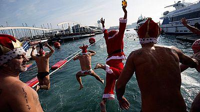 La Copa Nadal es una de esas tradiciones que alegran la mañana de Navidad. Hasta 400 participantes han nadado en las aguas de Barcelona en una costumbre que también viven en Gijón.