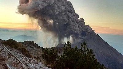 Una nueva erupción del volcán mexicano Colima levanta una columna de humo de dos kilómetros