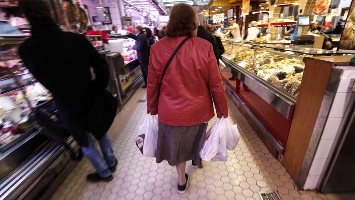 """El bolsillo de los españoles afronta la llamada """"cuesta de enero"""" con bajadas en el agua y la luz"""