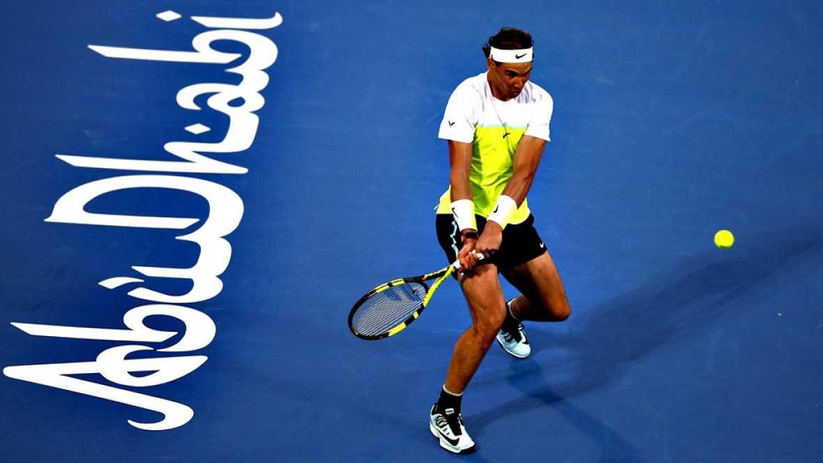 Rafael Nadal, número cinco del tenis mundial, estrenó el año con una victoria sobre el número siete, el también español David Ferrer, que le mete en la final del torneo de exhibición Mubadala, en Abu Dabi, por 6-3, 6-7(4) y 6-3.