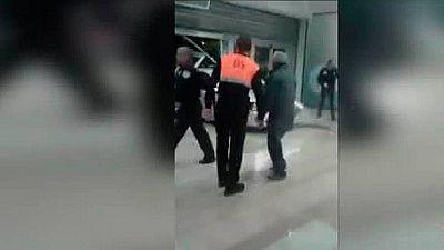 Unos ladrones empotran un coche contra un centro comercial de Sant Boi de Llobregat