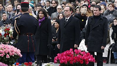 Las autoridades francesas, con el presidente François Hollande al frente, han rendido un sobrio y solemne homenaje a las víctimas del terrorismo en 2015, que se ha llevado a cabo en la icónica plaza de la República de París. Después del acto, Holland
