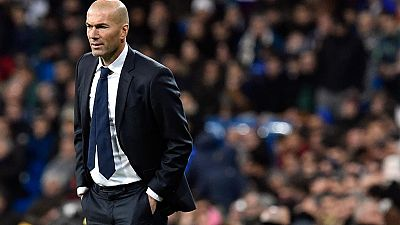 Zinedine Zidane vivió un debut soñado en el banquillo del Real Madrid. El Bernabéu lo recibió con los brazos abiertos y su equipo goleó al Deportivo con un contundente 5-0.