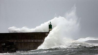 Rescatados once pescadores tras hundirse su barco a 40 millas de Cabo Ortegal en A Coruña