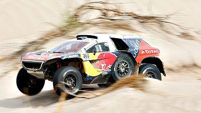 El espa�ol Carlos Sainz, que el martes hab�a asumido el liderato de la prueba de coches en el Dakar, tuvo este mi�rcoles un problema en la pieza que se ubica entre la caja de cambios y el motor durante la d�cima etapa, que deriv� en su quinto abandon