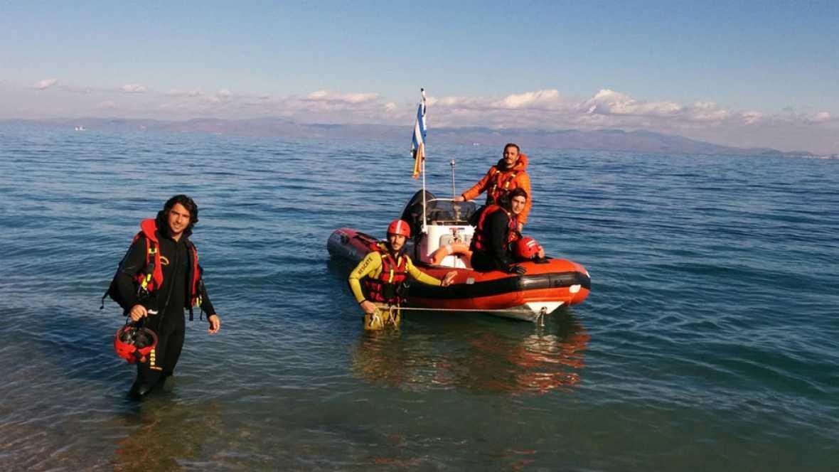 Tres bomberos españoles que rescatan a refugiados en Lesbos, detenidos por la Guardia costera griega