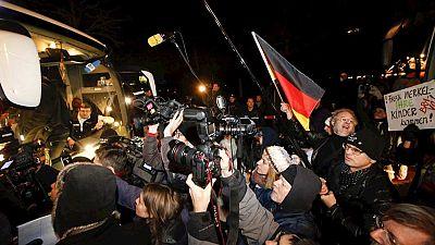 Un político bavaro lleva 30 refugiados ante la cancillería alemana para protestar por las políticas de asilo de Merkel