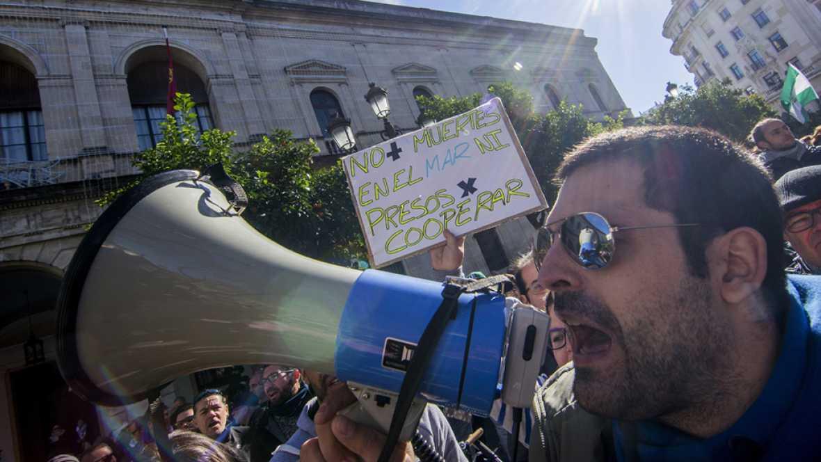 Manifestación en Sevilla por la liberación de los bomberos españoles detenidos durante el rescate a refugiados en Lesbos