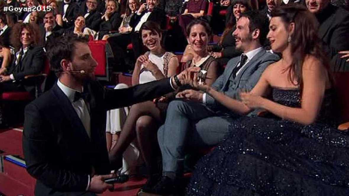 La presión puede con Dani Rovira de cara a la presentación de la gala de los premios Goya 2016 pero llega su particular ángel de la guarda: Penélope Cruz.