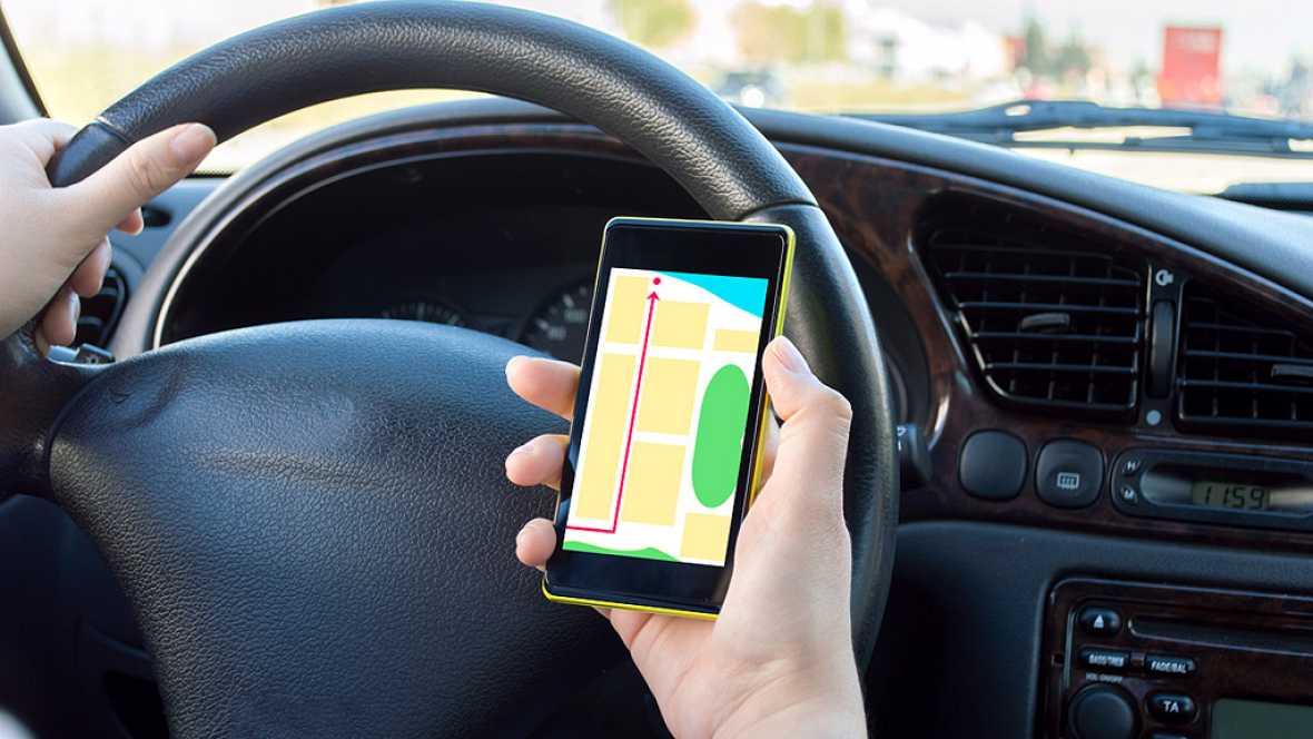 Tráfico planea colocar cámaras para vigilar el uso del móvil y del cinturón