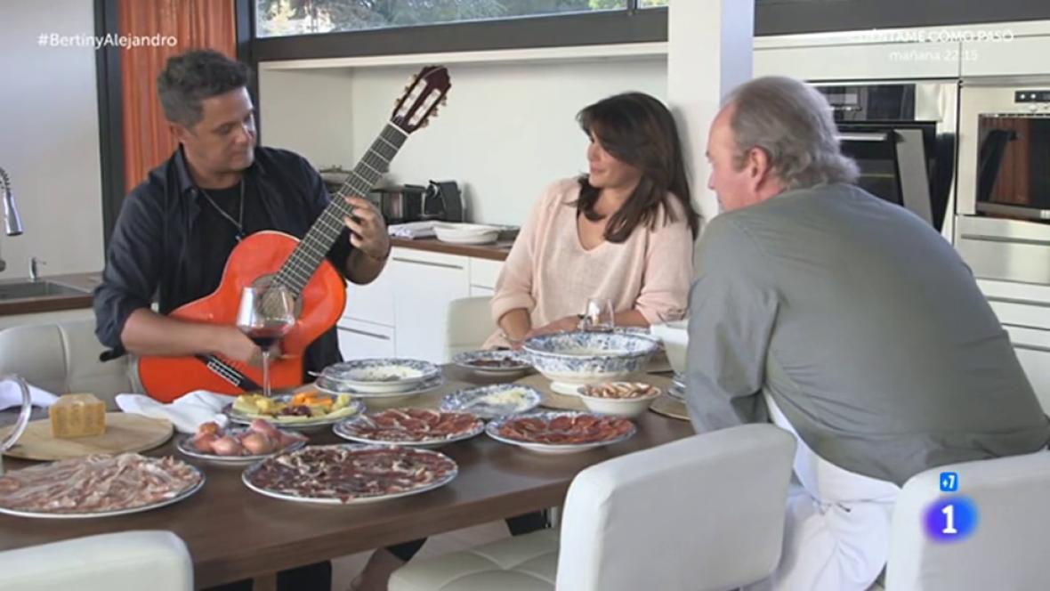 Alejando Sanz toca la guitarra en 'En la tuya o en la mía'