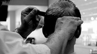 Cortar el pelo a las personas sin hogar