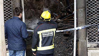 Un fuego provocado por un cortocircuito arrasa un edificio del casco histórico de Pontevedra
