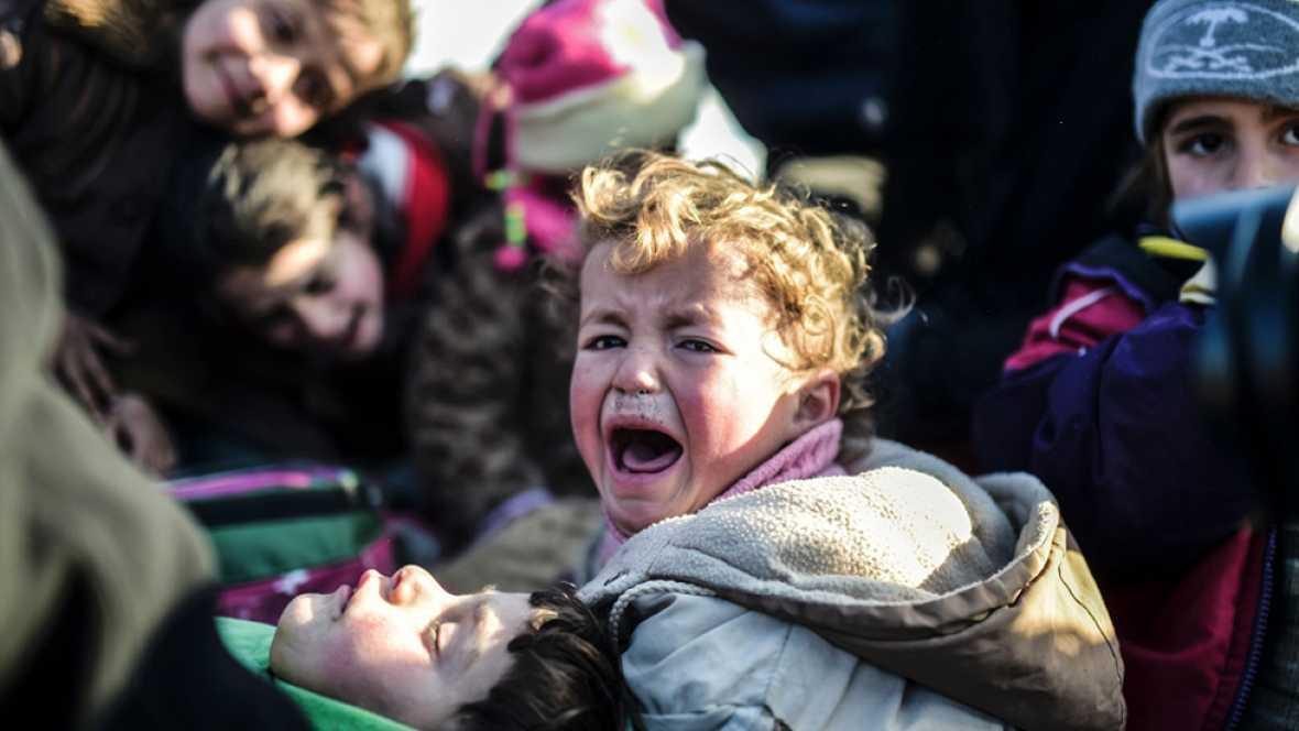 El asedio del ejército sirio y ruso a Alepo deja a miles de sirios huidos varados en la frontera con Turquía
