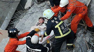 Buscan supervivientes tras un fuerte terremoto en Taiwán