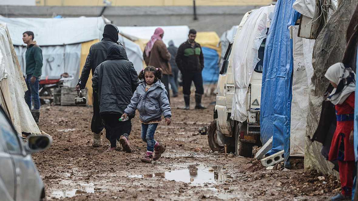 Miles de sirios se concentran en la frontera turca en su huida de Alepo