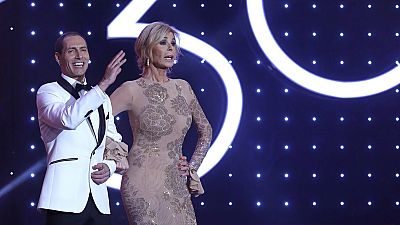 Los actores Bibi Andersen y Manuel Bandera, durante el número musical inicial de la ceremonia de la 30 edición de los Premios Goya, que entrega la Academia de Cine, esta noche en el Hotel Auditorium de Madrid