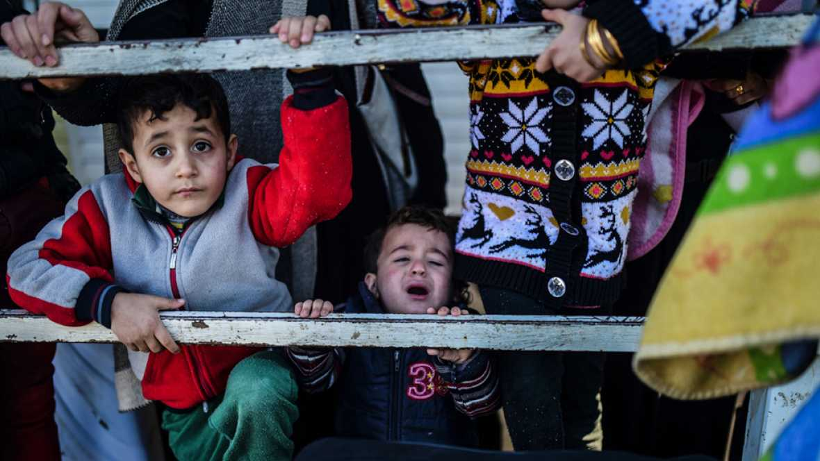 Unos 30.000 civiles sirios siguen esperando poder cruzar la frontera con Turquía