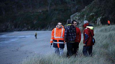 Salvamento busca a un bebé de 20 meses arrastrado por una ola en Navia, Asturias