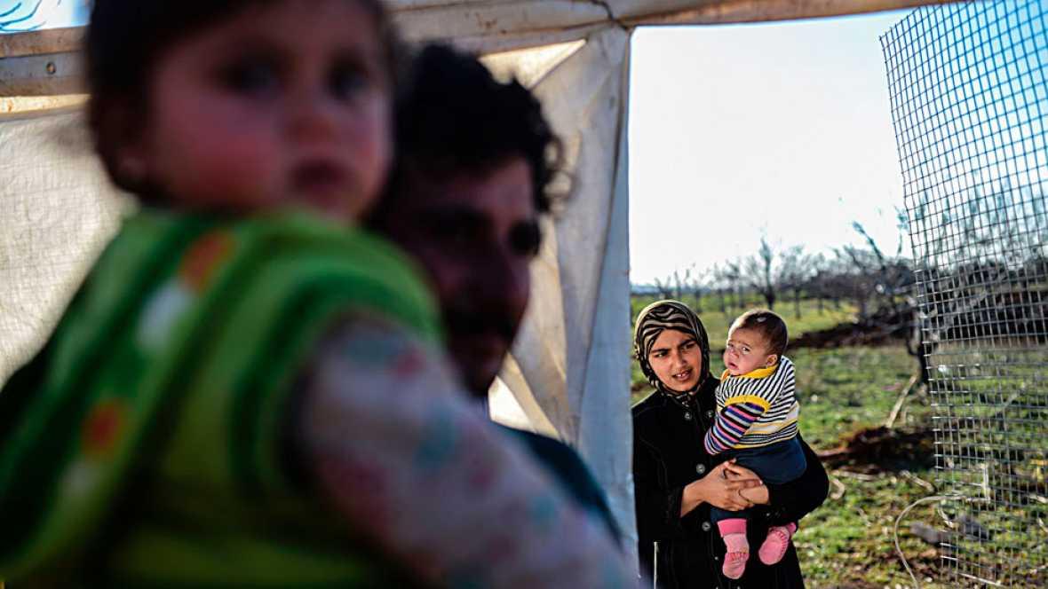 En torno a 50.000 refugiados sirios se agolpan en la frontera con Turquía