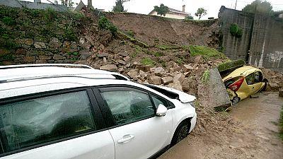 Cuatro heridos tras caer un muro sobre varios vehículos en Vigo