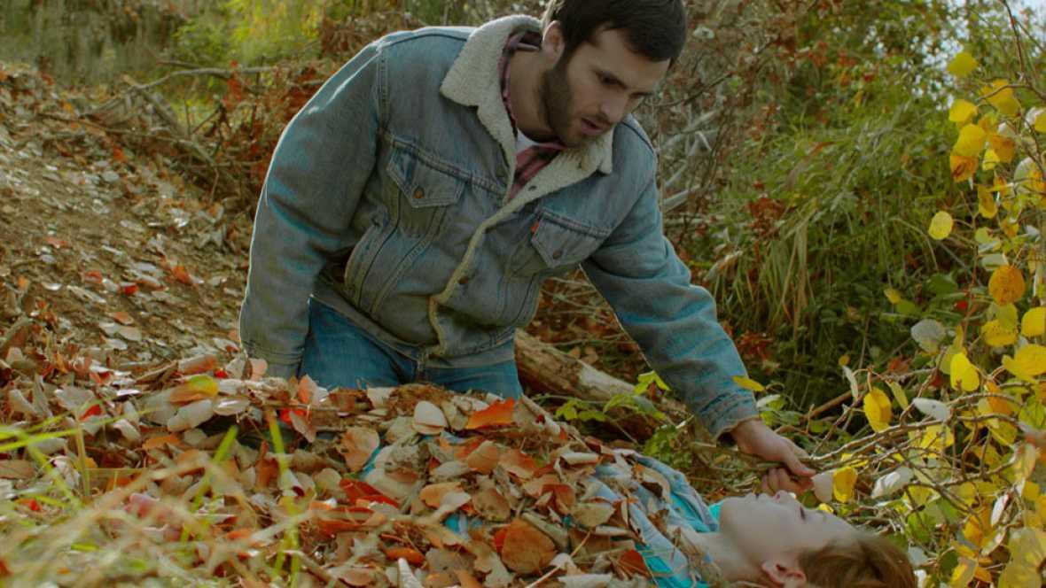 Cuéntame cómo pasó - Carlos y Luchi encuentran el cuerpo de Nati