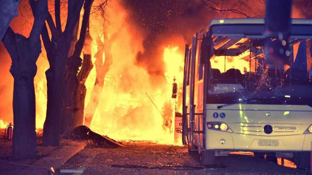 Un atentado con coche bomba mata a una treintena de personas en el centro de Ankara