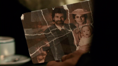 Amelia le enseña a Alonso la foto de su hija con Julián