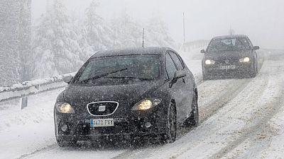 La nieve causa dificultades en un centenar de carreteras secundarias
