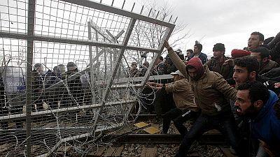 La Policía de Macedonia dispara gas lacrimógeno contra los refugiados que intentan cruzar desde Grecia