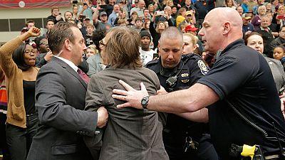 Un agente tira al suelo a un fotógrafo de 'Time' durante una protesta contra Trump