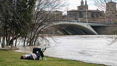 El Ebro alcanza los seis metros de altura a las puertas de Zaragoza y más 1.100 metros cúbicos por segundo