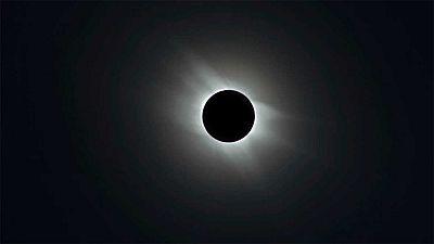 Investigadores, aficionados y medios de comunicación se preparan en Célebes (Indonesia) para retransmitir a todo el mundo por internet el eclipse total de sol de esta madrugada, fascinados por un espectáculo natural cuyo influjo va más allá de cienci