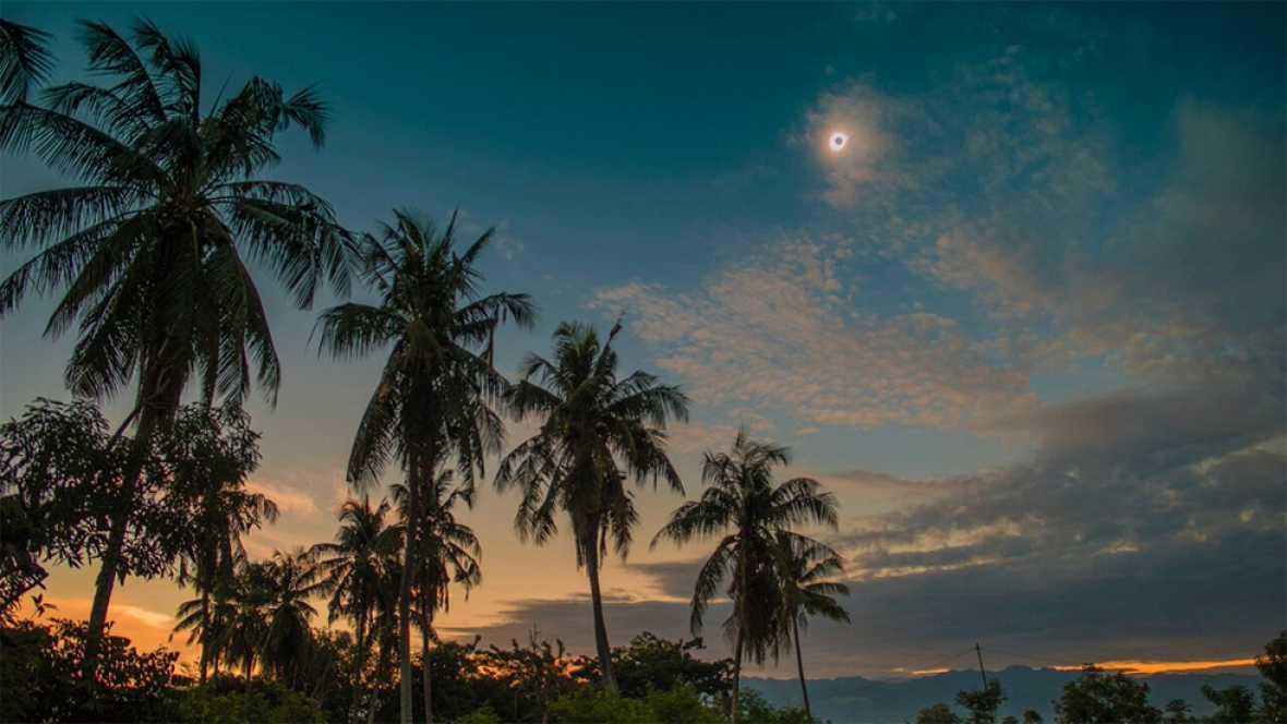 La ciudad de Palu, en la isla indonesia de Célebes, ha sido el lugar escogido por el e quipo del proyecto europeo Stars4all para retransmitir en directo el eclipse solar a través de la web sky-live.tv.
