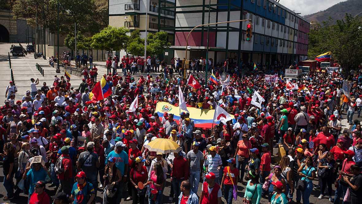 Miles de opositores y oficialistas protestan en Caracas por separado contra Maduro y Obama