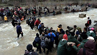 Miles de refugiados entran en Macedonia tras esquivar el control en el campamento griego de Idomeni