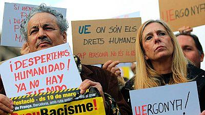 Miles de persnas protestan en Barcelona contra la política europea con los refugiados