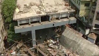 Al menos 10 muertos y un centenar de atrapados tras el derrumbe de un puente en Calcuta