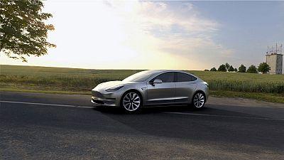 Tesla presenta el coche eléctrico que quiere convertir en un producto de masas