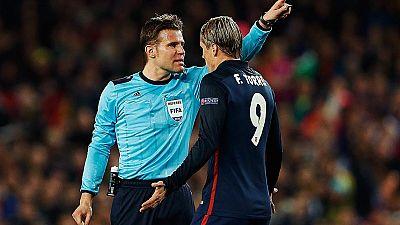 La expulsión de Torres dejó al Atlético con diez en Barcelona y encendió las protestas de los rojiblancos, que clamaron por el arbitraje en el partido de ida de cuartos de final de la Champions en el Camp Nou.