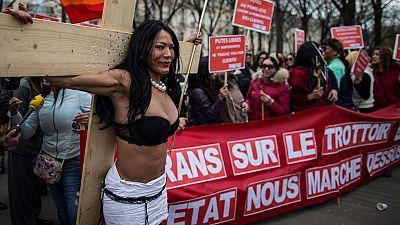 Francia se suma a la penalización de los clientes de las prostitutas