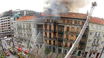 Muere un bombero al derrumbarse un edificio incendiado en Oviedo