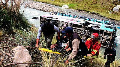 Al menos 23 muertos y 34 heridos al caer un autobús a un río en Perú