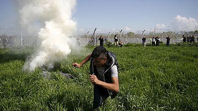 La guardia fronteriza lanza gases lacrimógenos en Idomeni a quienes intentaban cruzar la frontera con Macedonia